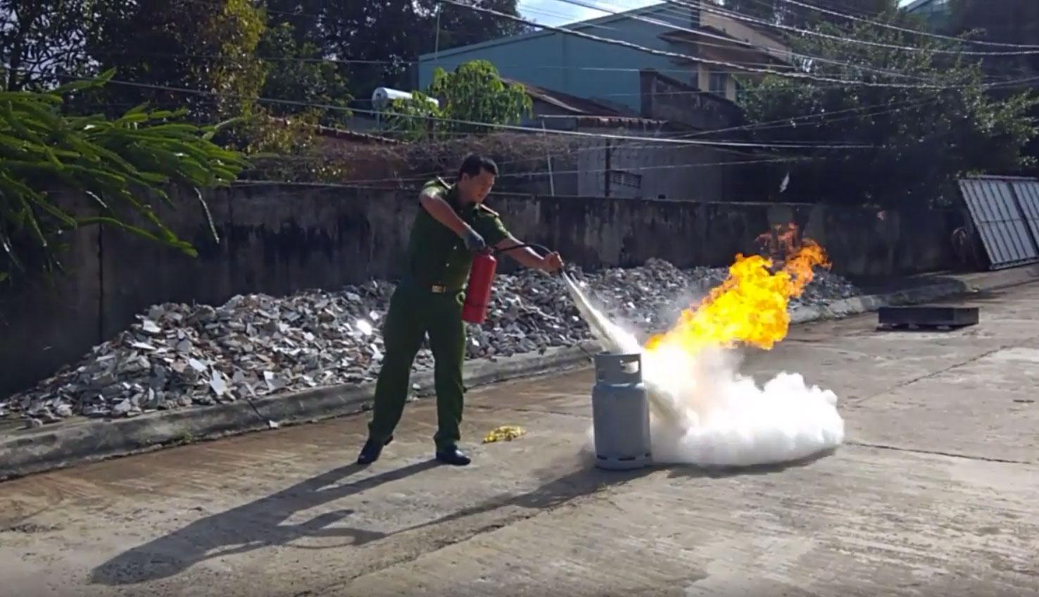 Ngọn lửa cháy do bình gas có nên xịt bình chữa cháy không?