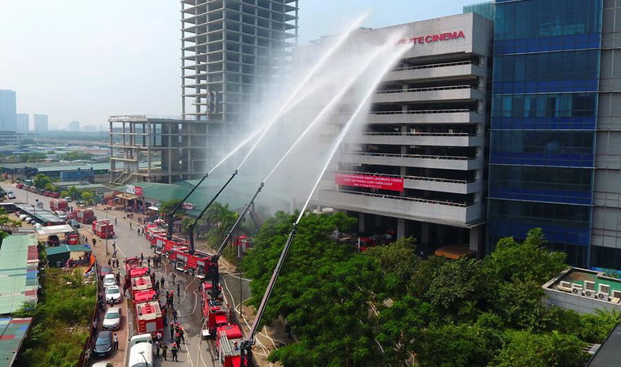 các xe cứu hỏa đang chữa cháy cho chung cư