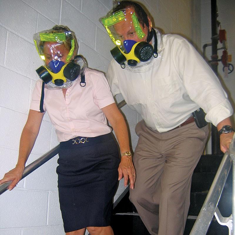 sử dụng mặt nạ phòng độc để thoát khỏi đám cháy an toàn