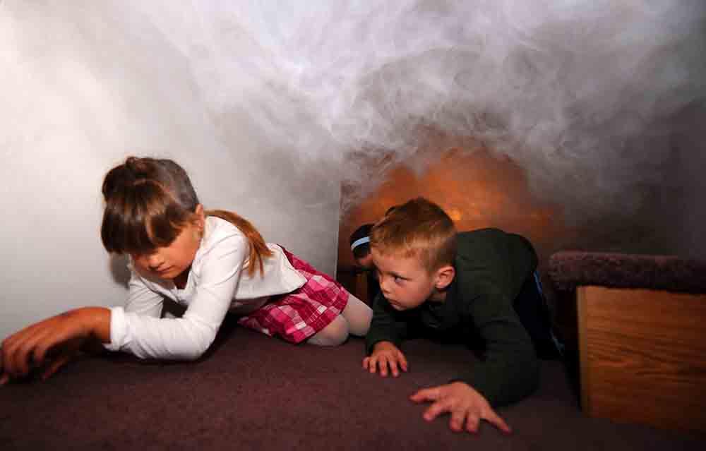 Di chuyển sát mặt đất sẽ tránh hít phải khói