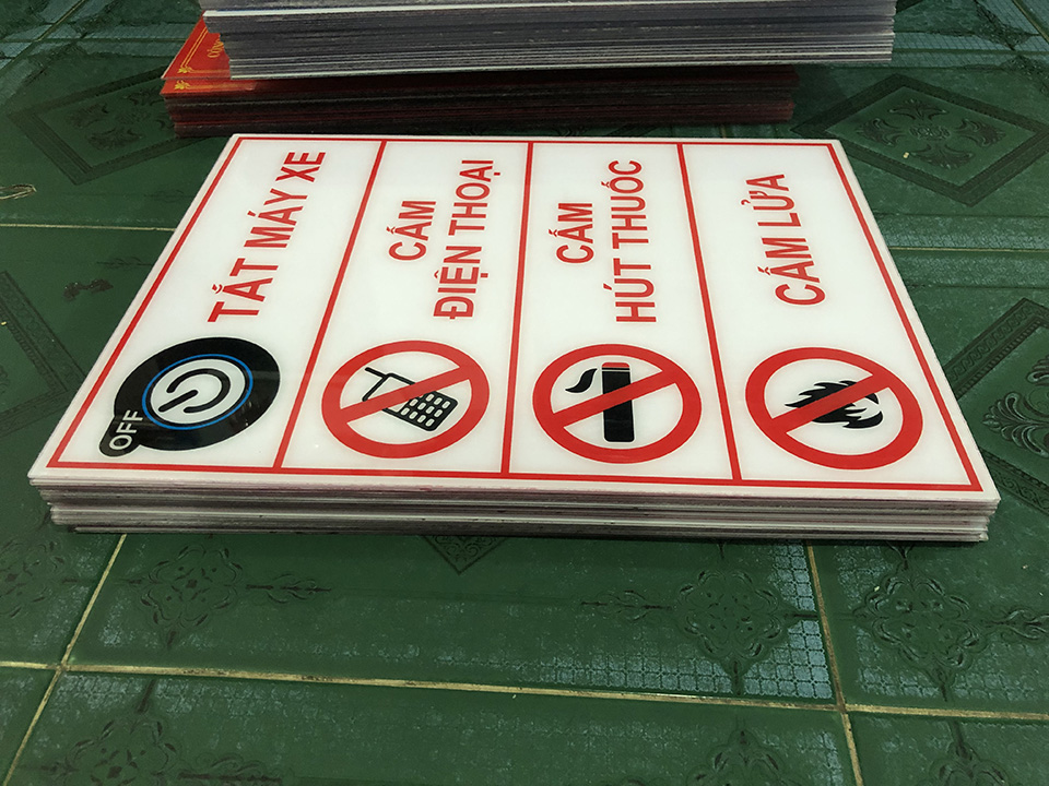 Biển báo cấm cho cây xăng, kho hóa chất