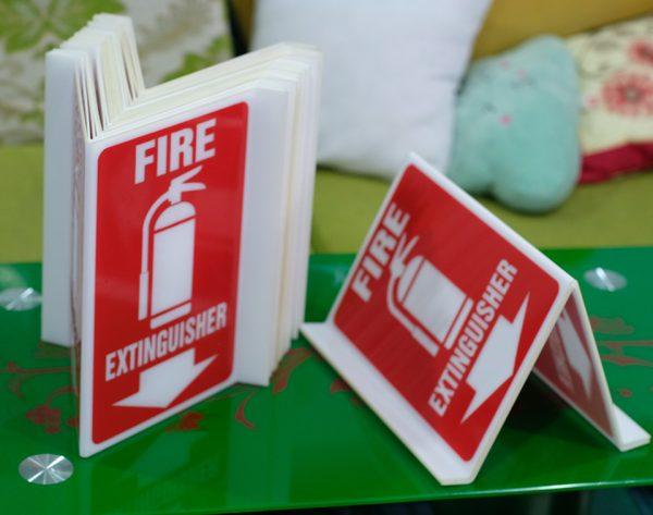 Bảng mica nơi để bình chữa cháy uốn tam giác treo tường