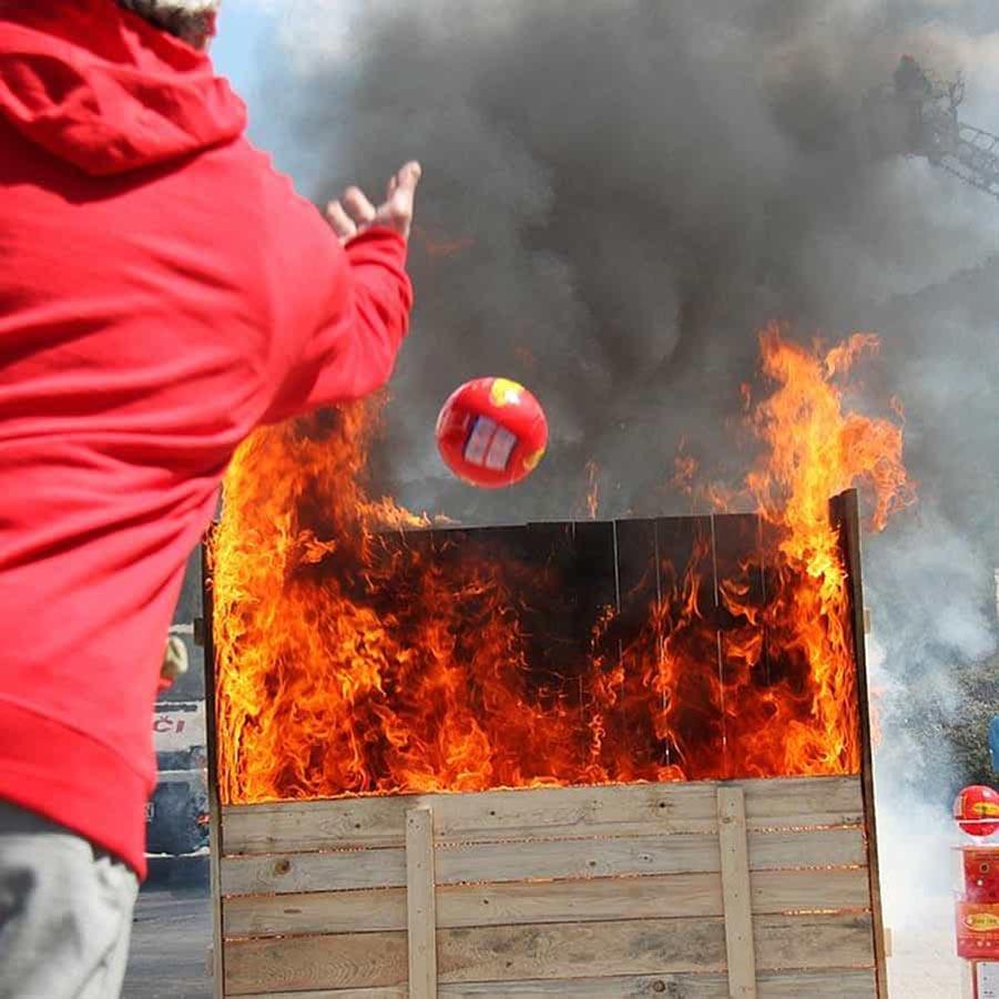 cách sử dụng bóng ném chữa cháy chủ động
